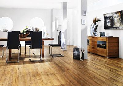 Naturholz-Boden im Esszimmer